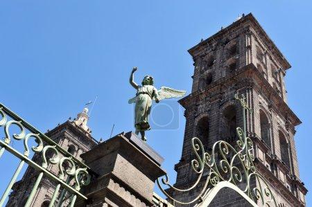 Foto de Iglesia y angel monumento en la ciudad de puebla México. - Imagen libre de derechos