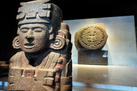 Photo pour Calendrier solaire aztèque. La pierre du calendrier aztèque est une grande sculpture monolithique qui a été fouillée sur la place principale du ZOCALO Mexico, le 17 décembre 1790. . - image libre de droit
