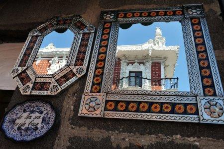 Foto de Edificio colonial se refleja en un espejo en las calles de la ciudad de puebla, México. - Imagen libre de derechos