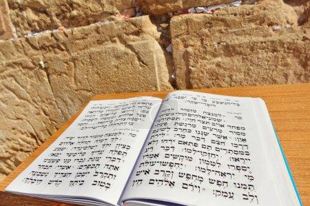 Photo pour Livre de la Torah contre le Kotel Wailing Western Wall vide la nuit à Jérusalem, Israël . - image libre de droit