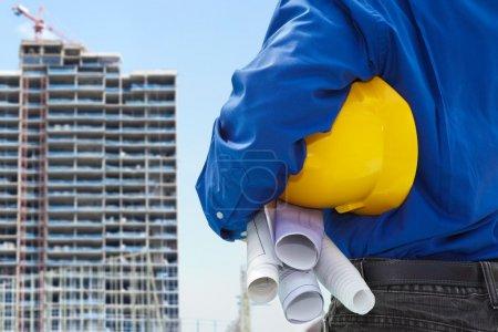 Photo pour Entrepreneur mâle ou ingénieur civil en regardant le projet bulding sur les progrès - image libre de droit