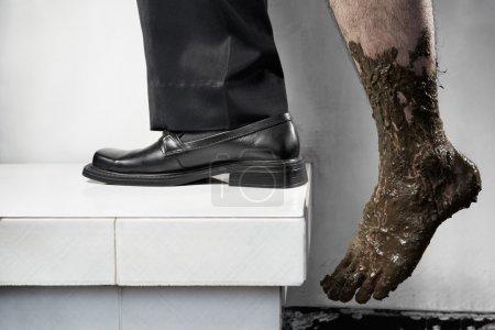 Photo pour Concept de réussite des pauvres à être riche, un pas d'en bas avec plein de boue et l'autre jambe en utilisant des vêtements d'affaires. Jambes d'une personne, sans compositing - image libre de droit