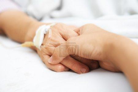 Photo pour Fille tenant sa main mère, qui a injecté IV à l'hôpital - image libre de droit