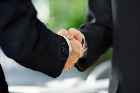 Photo pour Image rapprochée de la poignée de main entre deux hommes d'affaires. Est asiatique ton de peau - image libre de droit