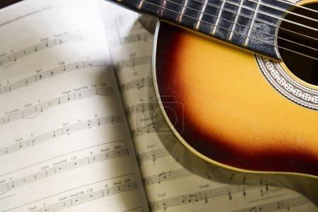Photo pour Guitare classique sur le dessus des accords de musique - image libre de droit