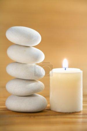 Photo pour Zen stone et la bougie sur la natte de bambou - image libre de droit