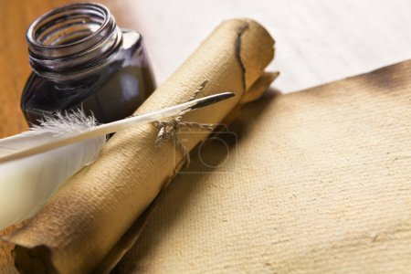 Photo pour Vieux papier blanc, rouleau avec plume et encre sur table en bois - image libre de droit