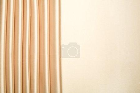 Photo pour Le satin doré est disposés en bandes avec plus de la moitié pour l'espace de la copie, peut être utilisé pour le fond, conception de cartes, etc.. - image libre de droit