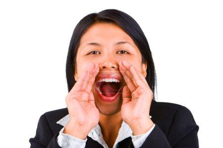 Photo pour Une jeune femme crie fort contre la caméra. Tourner sur un fond blanc très brillant pour une séparation naturelle du modèle de l'arrière-plan - image libre de droit