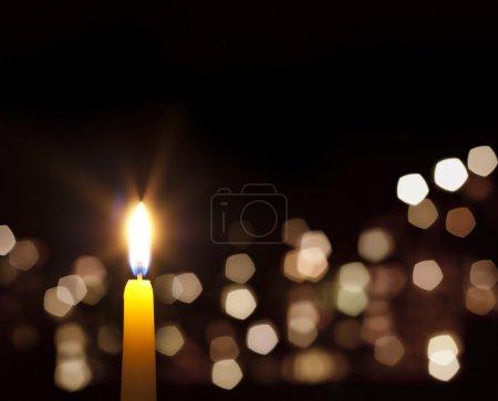 Photo pour Bougies lumière fond abstrait dans la nuit - image libre de droit