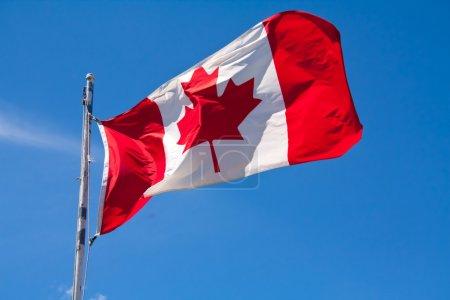 Photo pour Un drapeau du Canada battant dans le vent - image libre de droit