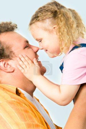 Photo pour Gros plan de l'homme heureux tenant sa fille sur fond blanc - image libre de droit