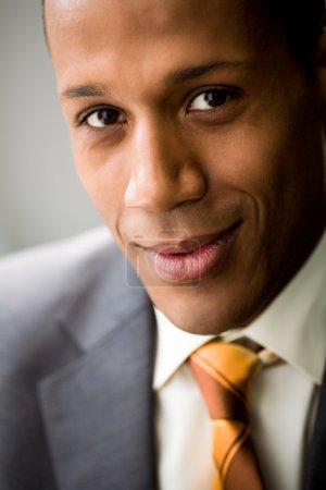 Photo pour Portrait de col blanc réussi regardant caméra et souriant - image libre de droit