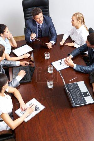 Photo pour Vue ci-dessus du travail de planification d'équipe amical à la réunion - image libre de droit