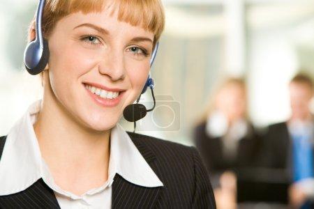 Photo pour Portrait de l'amicale d'assistance clientèle en milieu de travail - image libre de droit