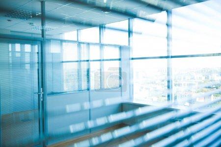 Photo pour Image du corridor dans immeuble de bureaux et grandes fenêtres, en passant la lumière du jour - image libre de droit