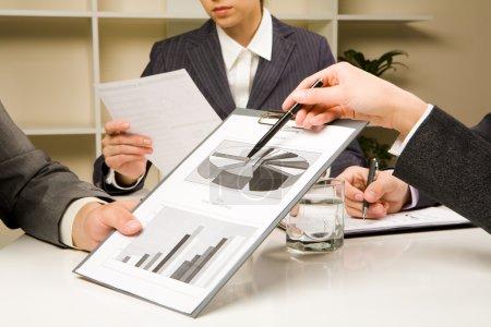 Foto de Imagen de manos humanas durante el papeleo en la sesión informativa - Imagen libre de derechos