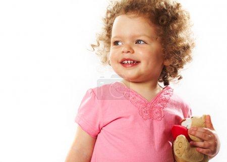 Photo pour Portrait de petite fille avec ours en peluche riant - image libre de droit
