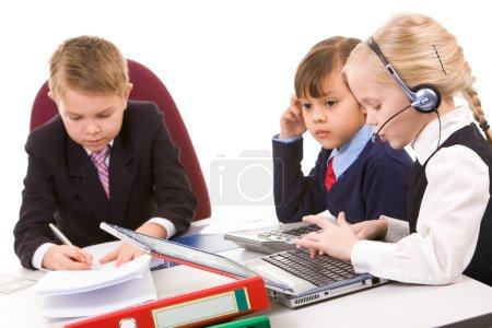 Photo pour Photo de jeune fille intelligente, parler par téléphone avec le patron sérieux et enfant près de - image libre de droit