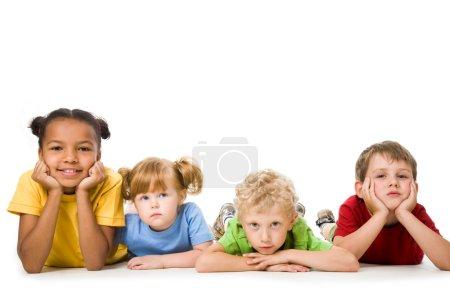 Photo pour Portrait de quatre enfants alignés - image libre de droit