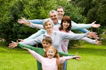 Photo pour Portrait de hauts et de jeunes couples avec leurs enfants s'amuser en plein air - image libre de droit