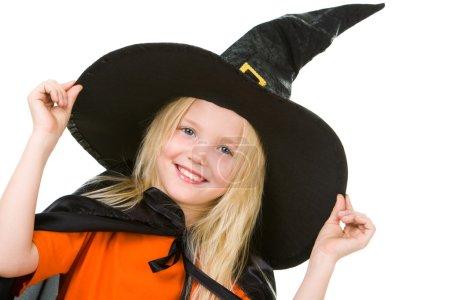 Photo pour Portrait de fille en costume de sorcière posant devant la caméra - image libre de droit