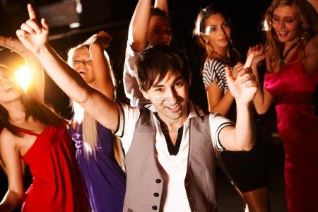Photo pour Portrait de danseur énergique sur fond des filles heureuse s'amuser - image libre de droit