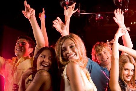 Photo pour Image de jeunes heureux s'amuser à la discothèque - image libre de droit