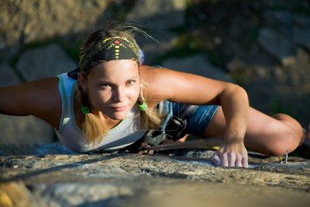 Photo pour Image de Dame blonde escalade sur le rocher - image libre de droit