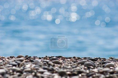 Photo pour Gros plan de galets de rivière sur fond d'eau brouillée - image libre de droit