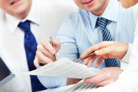 Photo pour Image des mains humaines lors de la discussion du plan d'affaires lors de la réunion - image libre de droit