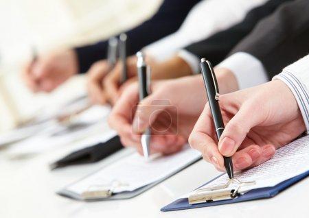 Photo pour Gros plan de la main de l'homme d'affaires travaillant avec un document - image libre de droit