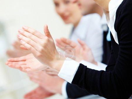 Photo pour Photo des mains des partenaires commerciaux applaudissant à la réunion - image libre de droit