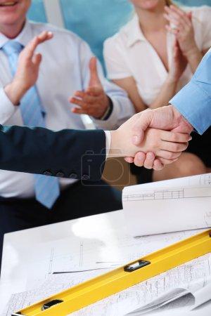 Photo pour Image de la poignée de main du client et de l'architecte après avoir conclu un accord - image libre de droit