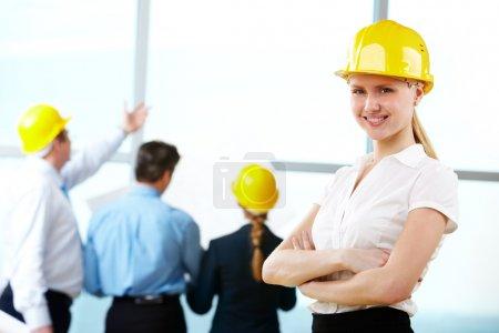 Photo pour Portrait de l'ingénieur avec un casque jaune en milieu de travail - image libre de droit