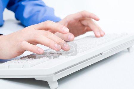 Photo pour Gros plan des mains de l'homme touchant les touches du clavier de l'ordinateur - image libre de droit