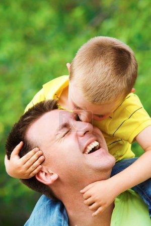 Photo pour Portrait de père câlinant son fils pendant les vacances d'été - image libre de droit