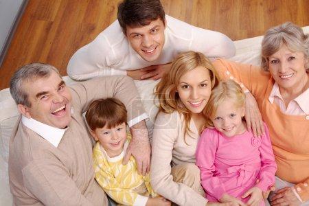 Photo pour Portrait de couples seniors et jeunes et enfants regardant la caméra à la maison - image libre de droit