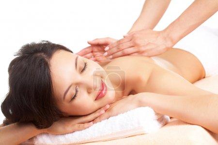 Photo pour Portrait de jeune femme jouissant de la procédure de massage - image libre de droit