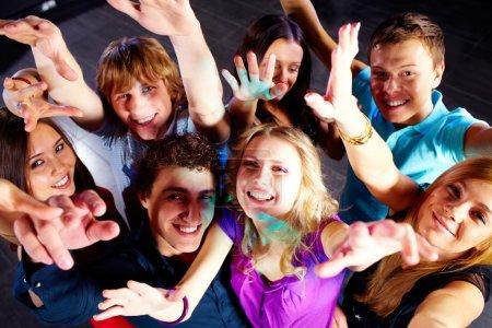 Foto de Foto de sonrientes amigos bailando durante la fiesta - Imagen libre de derechos