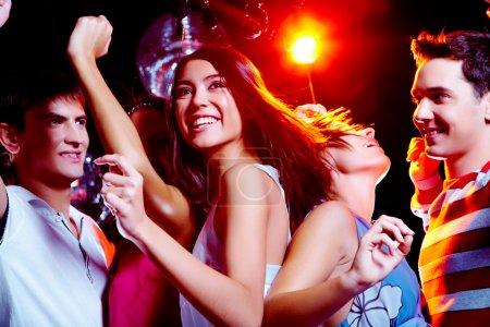 Photo pour Photo de pétant le feu dansant dans la boîte de nuit avec ses amis sur fond - image libre de droit