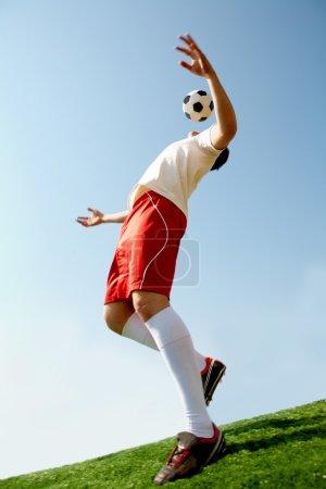 Photo pour Image de sportif professionnel jouant au football - image libre de droit