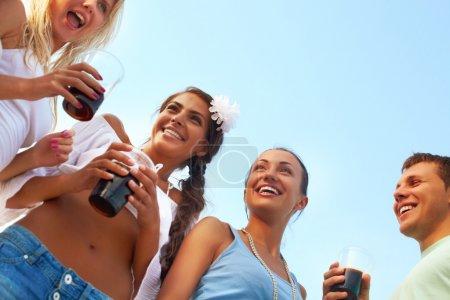 Photo pour Image d'amis heureux avec des boissons s'amusant à la fête de la plage - image libre de droit