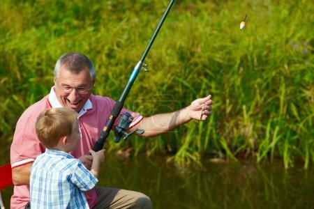 Photo pour Photo du grand-père et petit-fils de pêche en été - image libre de droit