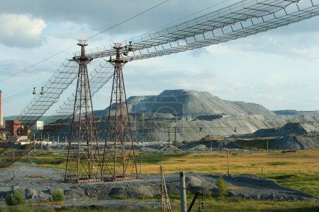Photo pour Image de la structure industrielle moderne sur fond de ciel bleu en hiver - image libre de droit