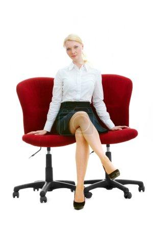 Foto de Retrato de mujer de negocios elegante sentada en dos sillones en aislamiento - Imagen libre de derechos