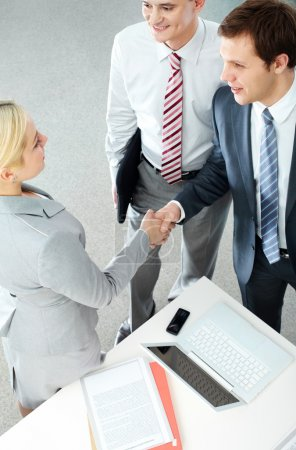 Foto de Imagen del apretón de manos de los socios comerciales tras la firma del contrato - Imagen libre de derechos