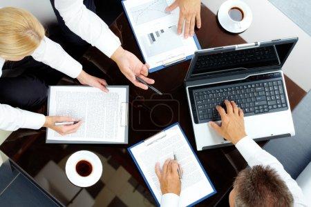 Photo pour Image de l'entreprise de partenaires réussis discutant du plan d'affaires lors de la réunion - image libre de droit