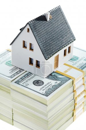 Photo pour Gros plan du modèle de maison de jouets sur la pile de dollars - image libre de droit