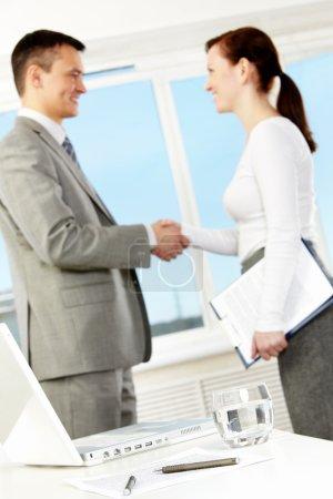 Photo pour Photo d'objets d'affaires sur le lieu de travail avec des partenaires commerciaux poignée de main après avoir conclu un accord - image libre de droit